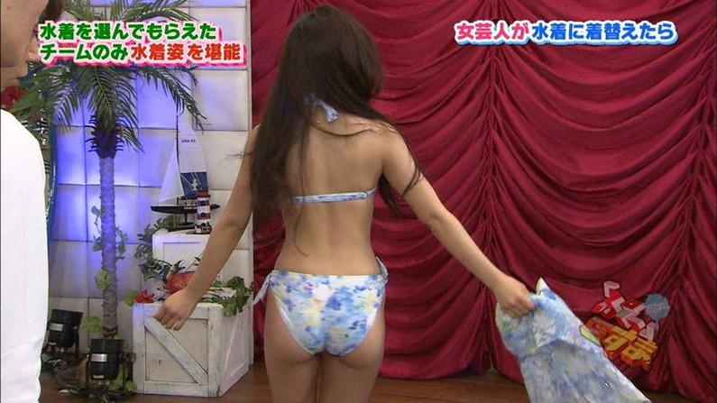 【お尻キャプ画像】テレビに映るプリプリのお尻ガ水着からはみ出しまくってるぞww 19