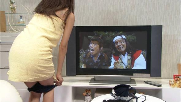 【お尻キャプ画像】テレビに映るプリプリのお尻ガ水着からはみ出しまくってるぞww 24