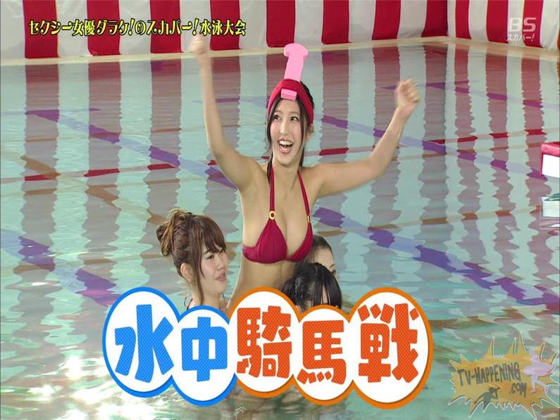 【お宝エロ画像】女優だらけのスカパー水泳大会!乳首映りまくりでもはや笑うしかないww(水中騎馬戦編)