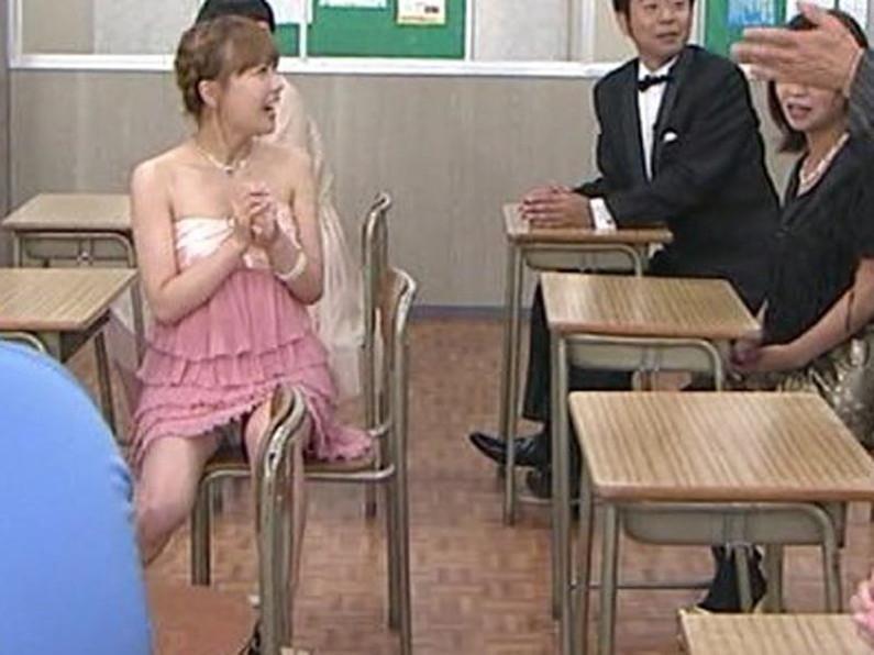 【パンチラキャプ画像】偶然なのか必然なのかテレビに映っちゃったタレント達のパンチラシーンww 13