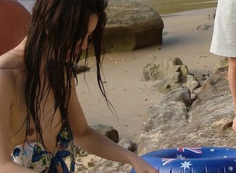 【ポロリハプニング画像】海やプールではしゃぎ過ぎた結果乳首見えてることにさえ気づかない素人達ww 09