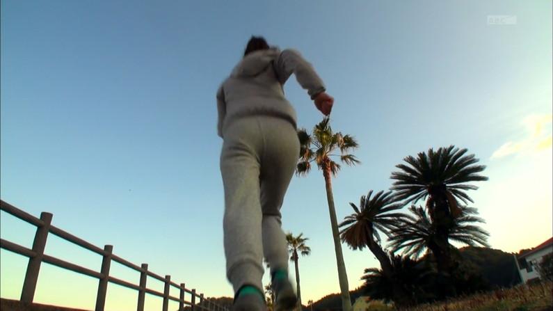 【お尻キャプ画像】お尻にフィットし過ぎたズボンがヒップラインを際立たせるwパン線まで浮いちゃってる女子アナまでw 15
