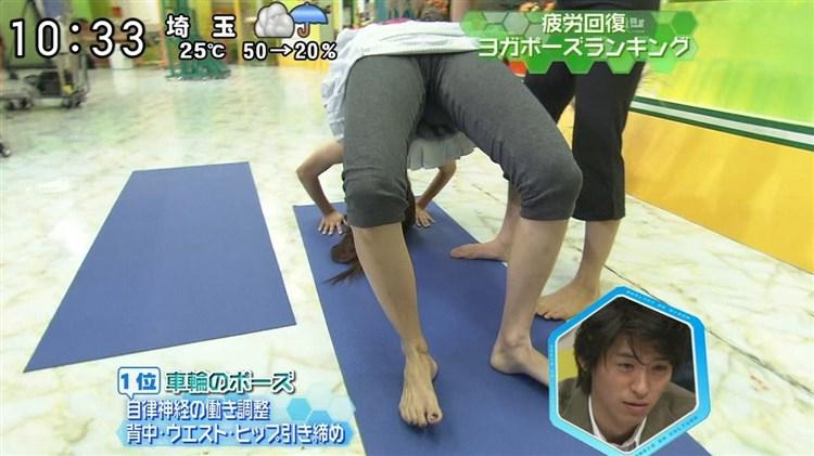【マン筋放送事故画像】タレント達の股間をアップで撮ったら、食い込みまくっててマン筋ばっちり映っちゃったww 22