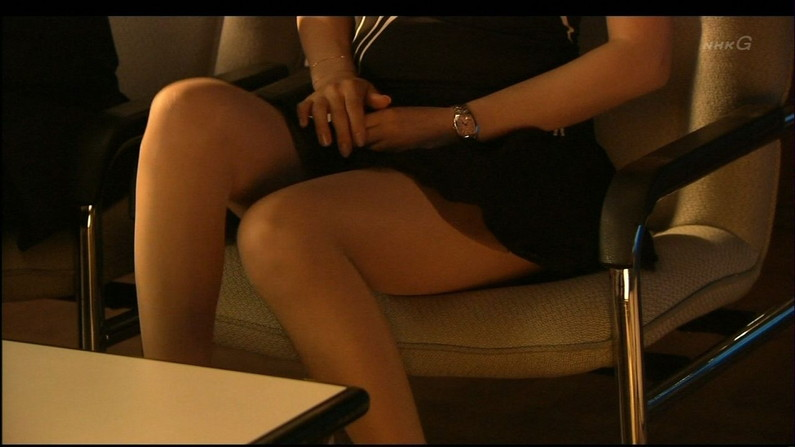 【太ももキャプ画像】テレビで見せるタレント達のセクシーでエロい太ももに目を奪われたことは無いか?ww 23