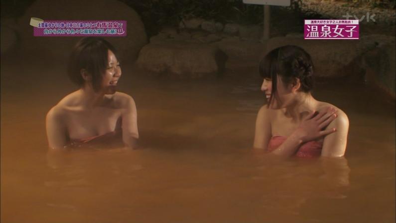 【温泉キャプ画像】温泉番組にバスタオル一枚で出てくる巨乳美女の身体がエロすぎるww 04