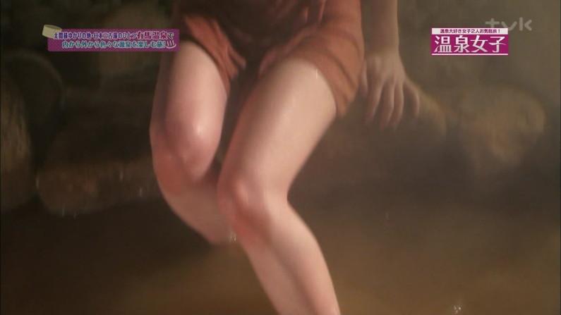 【温泉キャプ画像】温泉番組にバスタオル一枚で出てくる巨乳美女の身体がエロすぎるww 06