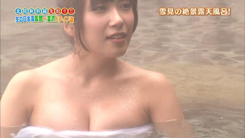 【温泉キャプ画像】温泉番組にバスタオル一枚で出てくる巨乳美女の身体がエロすぎるww 08
