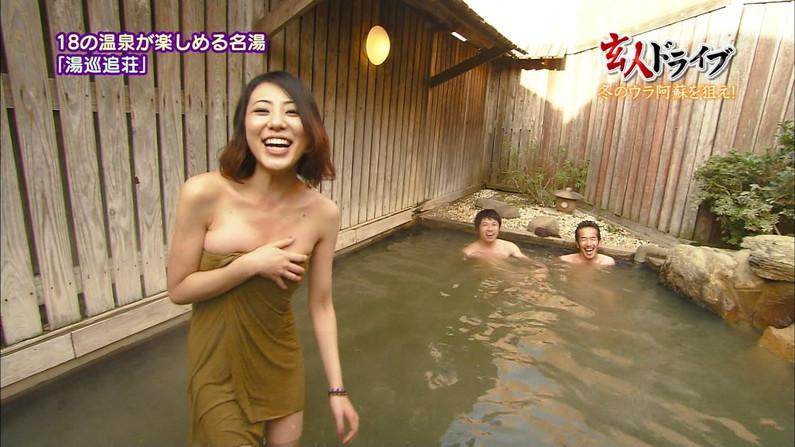 【温泉キャプ画像】温泉番組にバスタオル一枚で出てくる巨乳美女の身体がエロすぎるww 13