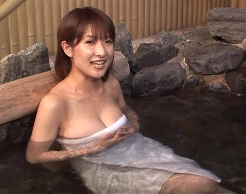 【温泉キャプ画像】温泉番組にバスタオル一枚で出てくる巨乳美女の身体がエロすぎるww 14