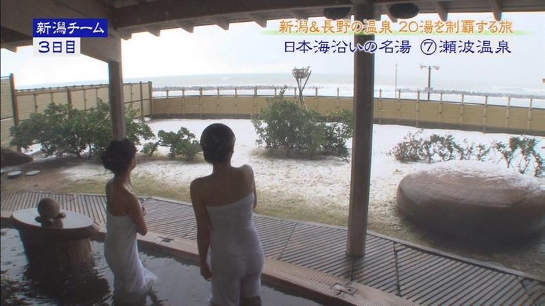【温泉キャプ画像】温泉番組にバスタオル一枚で出てくる巨乳美女の身体がエロすぎるww 23