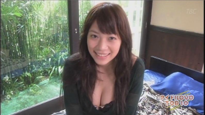 【胸ちらキャプ画像】夏だから薄着している美女の胸ちらがテレビで見放題wこの谷間エロすぎww