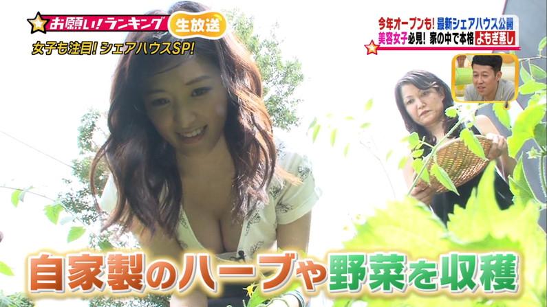 【胸ちらキャプ画像】夏だから薄着している美女の胸ちらがテレビで見放題wこの谷間エロすぎww 03