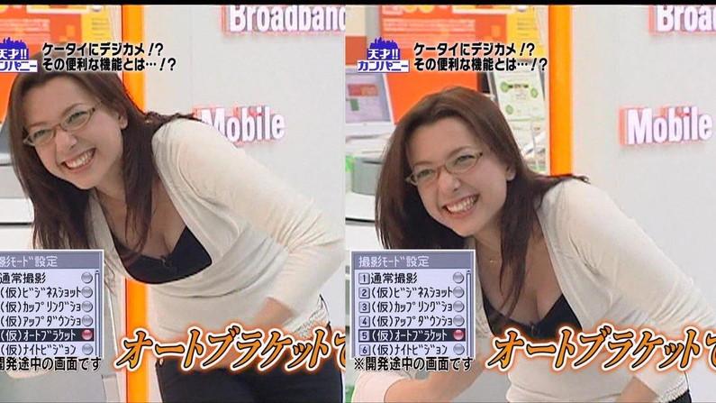 【胸ちらキャプ画像】夏だから薄着している美女の胸ちらがテレビで見放題wこの谷間エロすぎww 21
