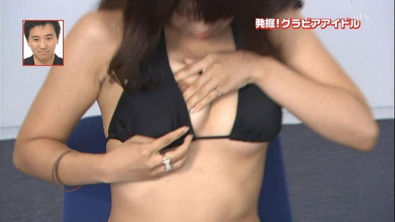 【胸ちらキャプ画像】夏だから薄着している美女の胸ちらがテレビで見放題wこの谷間エロすぎww 22