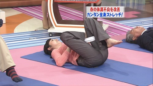 【お尻キャプ画像】ピタパンすぎてパンツラインまで浮き出ちゃってる女性タレント達のお尻がエロすぎww 02