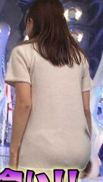 【お尻キャプ画像】ピタパンすぎてパンツラインまで浮き出ちゃってる女性タレント達のお尻がエロすぎww 10