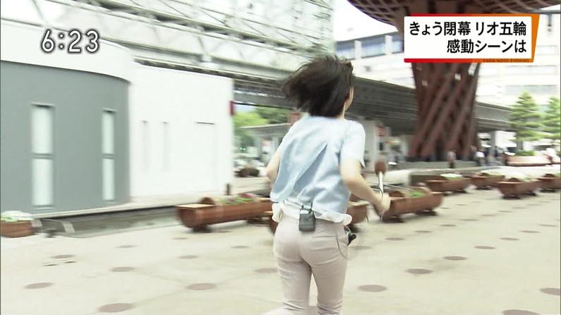 【お尻キャプ画像】ピタパンすぎてパンツラインまで浮き出ちゃってる女性タレント達のお尻がエロすぎww 22