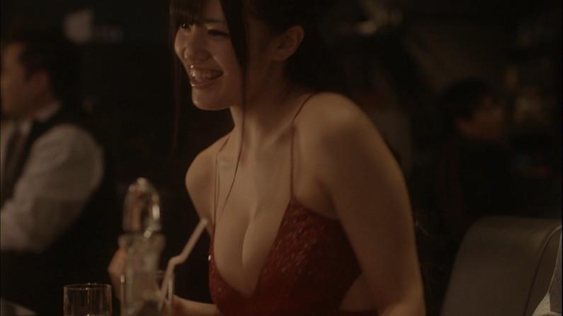 【胸ちらキャプ画像】もはや胸ちらでは収まらない、ガッツリオッパイ見えちゃってるタレント達ww 07