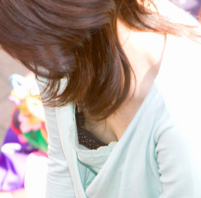 【乳首チラ画像】夏の薄着の女性は良く見たら乳首まで見えちゃってる人多すぎでしょww 20
