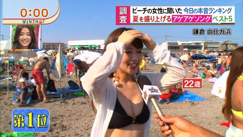 【水着キャプ画像】テレビでインタビューされた水着ギャル達のオッパイがシコシコすぎるwww 24