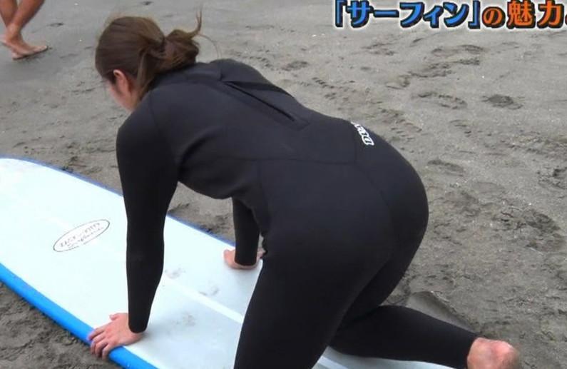 【お尻キャプ画像】テレビに映った水着美女達のハミ尻がエロくてたまらない件ww 19