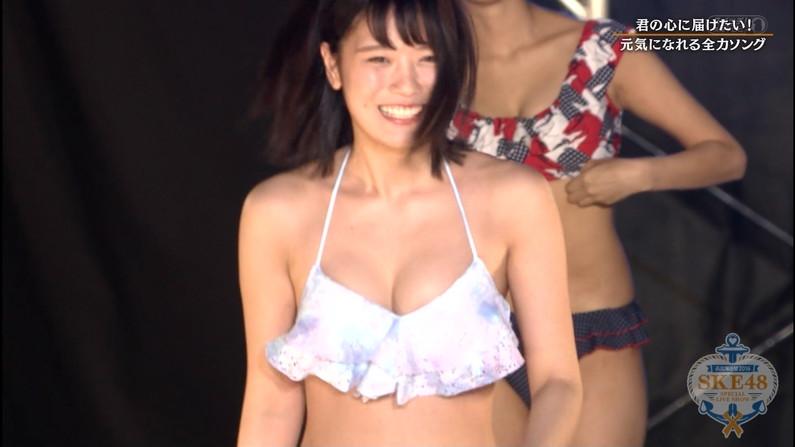 【水着キャプ画像】素人もアイドルも水着からこぼれんばかりのオッパイをテレビでアピールしまくりww 10