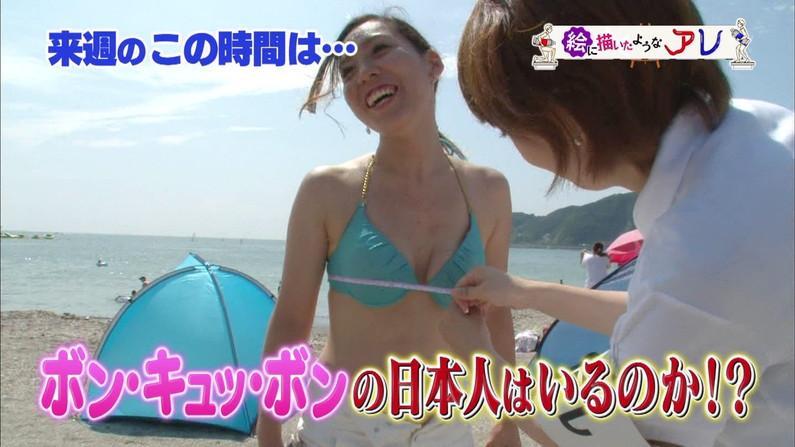 【水着キャプ画像】素人もアイドルも水着からこぼれんばかりのオッパイをテレビでアピールしまくりww 14