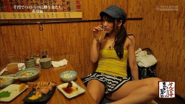 【パンチラキャプ画像】ミニスカ履いてるのに気が緩んじゃったらほら~!パンツ見えちゃったww 07