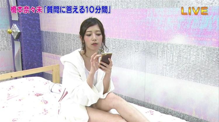 【パンチラキャプ画像】ミニスカ履いてるのに気が緩んじゃったらほら~!パンツ見えちゃったww 09