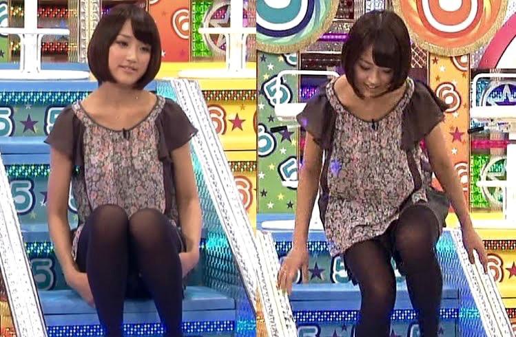 【パンチラキャプ画像】ミニスカ履いてるのに気が緩んじゃったらほら~!パンツ見えちゃったww 16