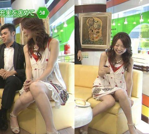 【パンチラキャプ画像】ミニスカ履いてるのに気が緩んじゃったらほら~!パンツ見えちゃったww 17
