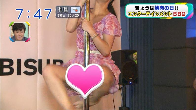 【パンチラキャプ画像】ミニスカ履いてるのに気が緩んじゃったらほら~!パンツ見えちゃったww 23