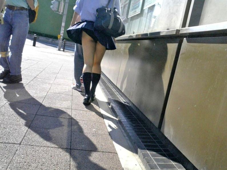 【パンチラハプニング画像】JKのスカートが風でめくれあがって大変な事になってるぞww