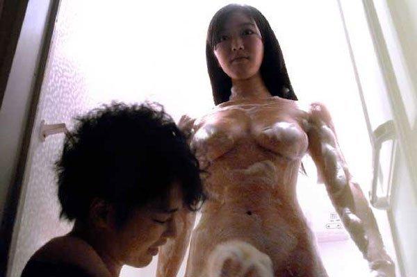 【濡れ場キャプ画像】あの大物女優も過去には乳首さらけ出してアヘ顔全開で濡れ場を演じてたとわ!!
