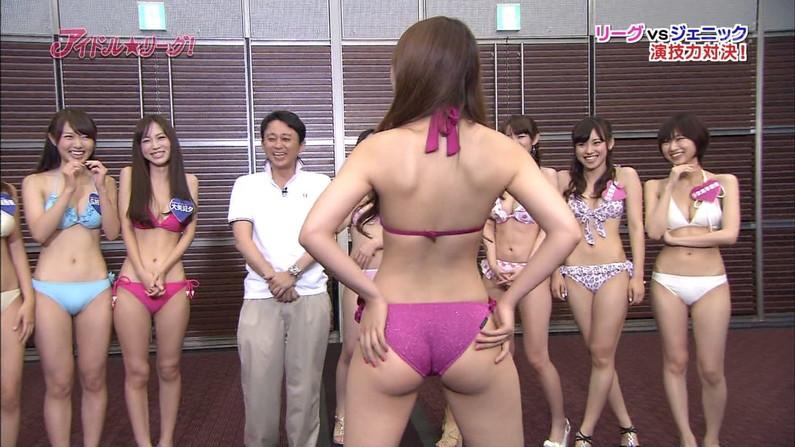 【お尻キャプ画像】テレビ見てたら水着美女のお尻が水着からハミ尻しまくってたww