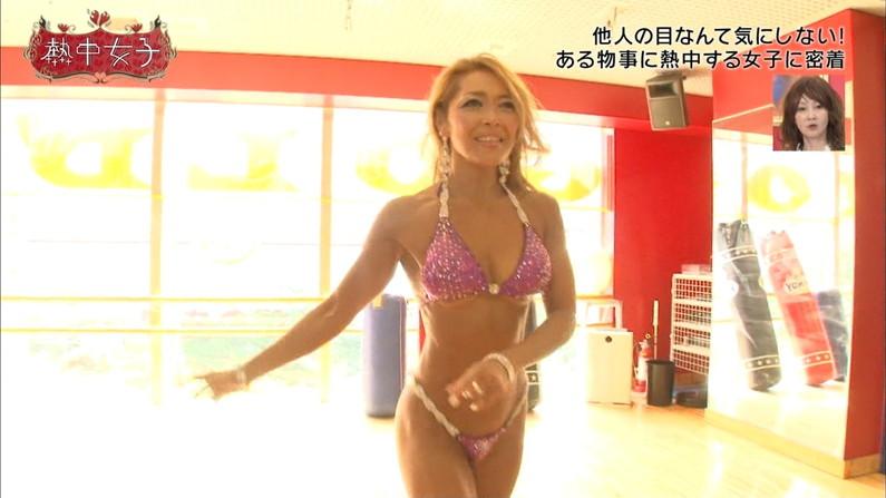 【水着キャプ画像】テレビで巨乳美女がビキニ着たらオッパイが下からもはみ出してるぞww 06