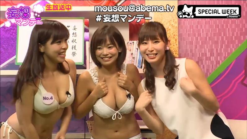 【水着キャプ画像】テレビで巨乳美女がビキニ着たらオッパイが下からもはみ出してるぞww 09
