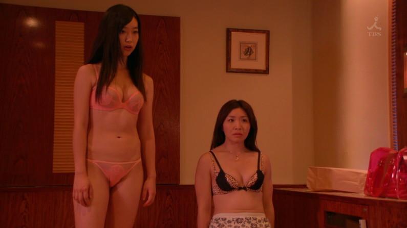 【水着キャプ画像】テレビで巨乳美女がビキニ着たらオッパイが下からもはみ出してるぞww 22