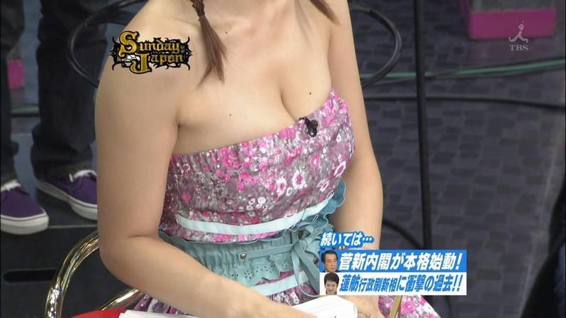 【胸ちらキャプ画像】思わず上から覗き込みたくなるようなタレント達の胸ちらがエロいww