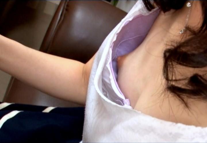 【ポロリハプニング画像】これが見れた日は一日ラッキー!街角で見つけた素人の乳首ポロリww 11