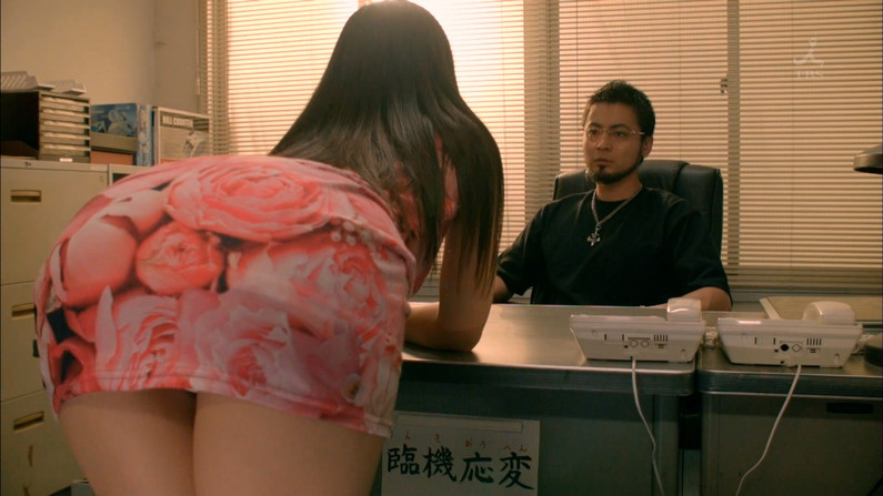 【お尻キャプ画像】ズボン履いててもピッチリし過ぎてエロいお尻の形が丸わかりなタレント達ww 07