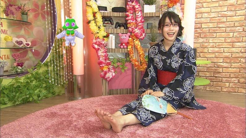 【足裏キャプ画像】この女性タレントの足の裏だったら舐めてもいい??ww