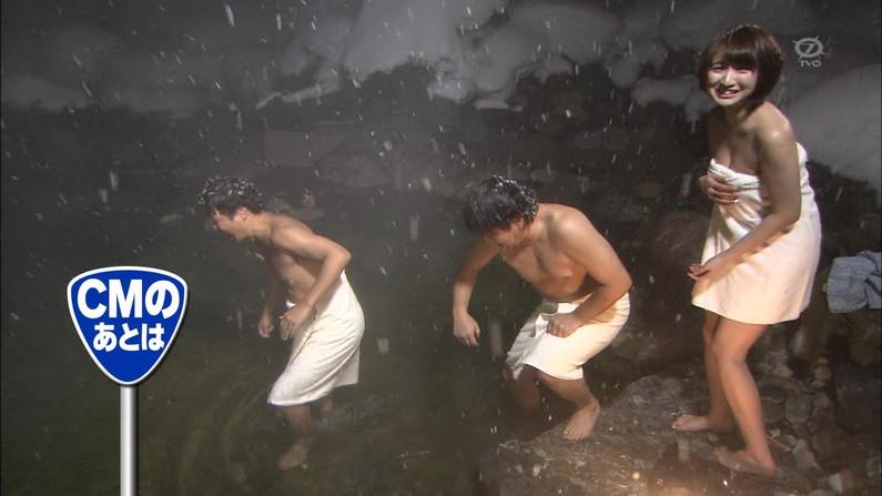 【温泉キャプ画像】温泉レポートでまたバスタオルがめくれ上がりおマンコ見えちゃうハプニング発生ww 03