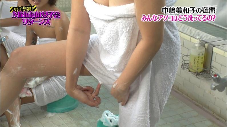 【温泉キャプ画像】温泉レポートでまたバスタオルがめくれ上がりおマンコ見えちゃうハプニング発生ww 06