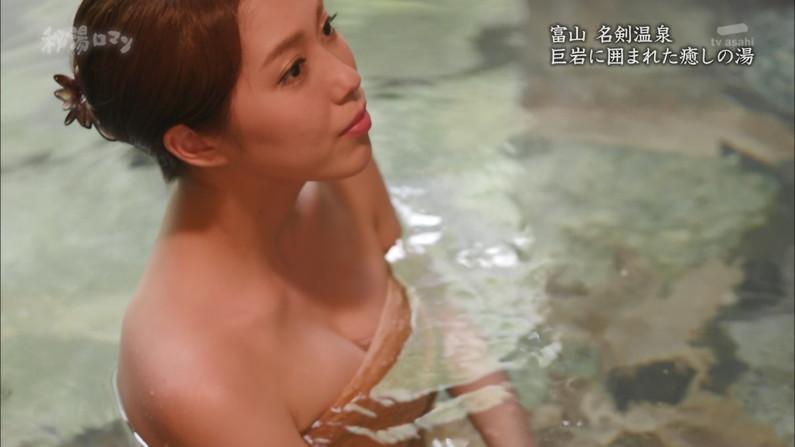 【温泉キャプ画像】温泉レポートでまたバスタオルがめくれ上がりおマンコ見えちゃうハプニング発生ww 19