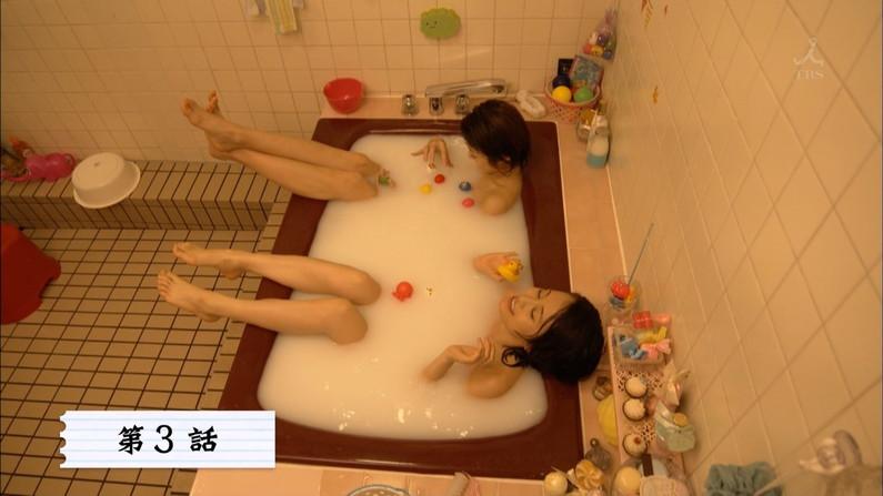 【温泉キャプ画像】温泉レポートでまたバスタオルがめくれ上がりおマンコ見えちゃうハプニング発生ww 23