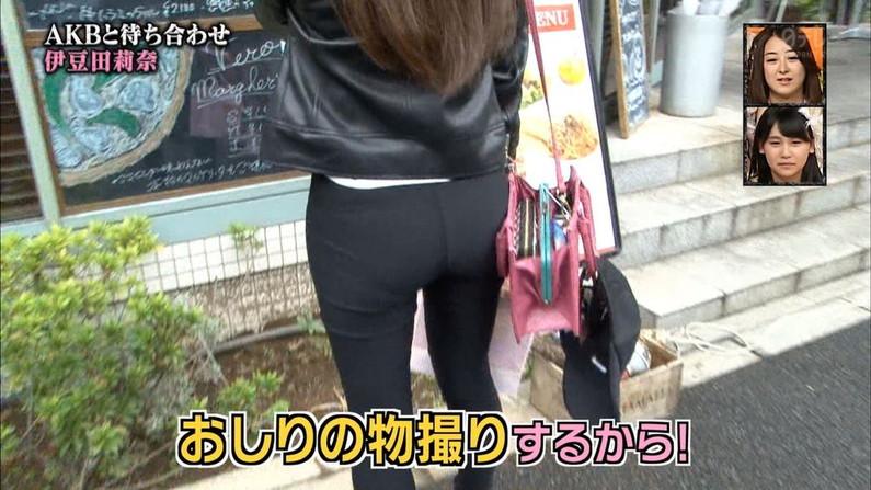 【お尻キャプ画像】むっちりした尻肉にズボン食い込みまくってパン線まで見えちゃってるww