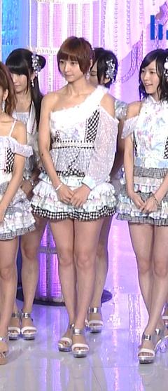【太ももキャプ画像】やっぱり綺麗な脚の女の子が足露出してたら目を奪われるなw 12