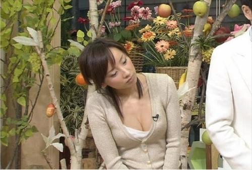 【胸ちらキャプ画像】最近の女子アナってすぐ前屈みになってオッパイ見せてくれると思わない?ww 07