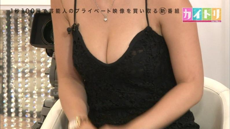 【胸ちらキャプ画像】最近の女子アナってすぐ前屈みになってオッパイ見せてくれると思わない?ww 18